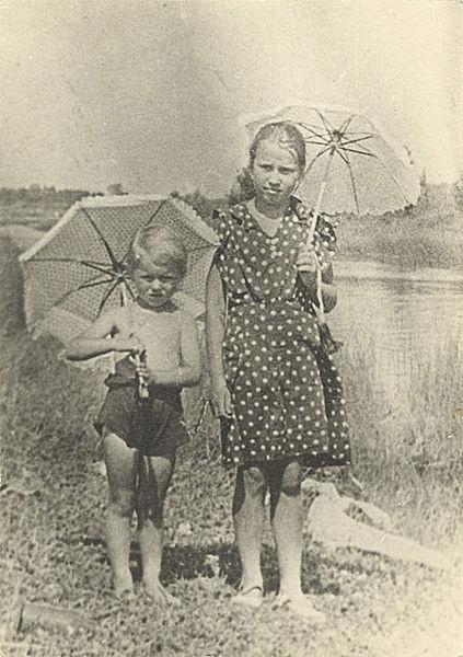 Таня Савичева (справа) и её племянница Маша Путиловская за несколько дней до начала войны, посёлок Саблино, июнь 1941. Тане 11 лет, Маше 6
