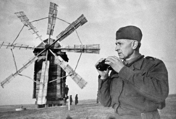 Людвик Свобода на наблюдательном пункте. 1944 год. Из архива Центрального музея Вооружённых сил СССР