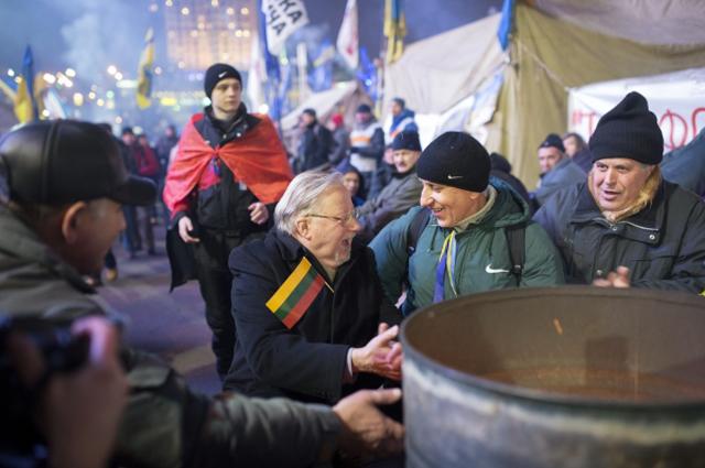 Бывший председатель Верховного Совета Литвы Витаутас Ландсбергис (в центре) во время акции сторонников евроинтеграции на площади Независимости в Киеве