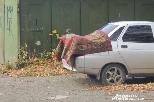 Жильцы вынуждены сушить свои вещи на улице.