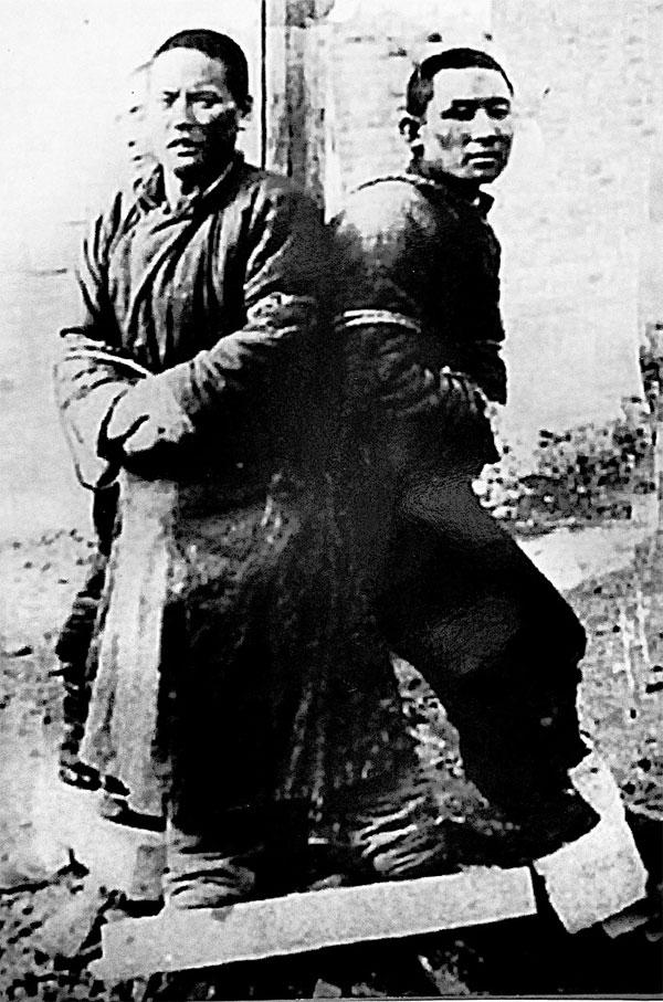 Привязанные к столбу подопытные в ожидании взрыва бомбы с чумными блохами, 1940-е гг.