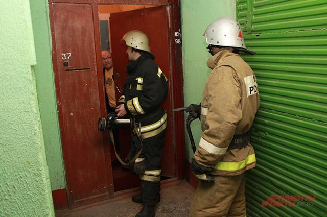 Если не видно открытого горения, пожарным приходится опрашивать жильцов