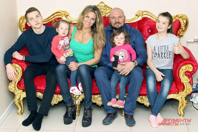«Борис — именно та половинка, которую я искала всю свою жизнь», — говорит Ксения. На фото - вся семья Пономарёвых.