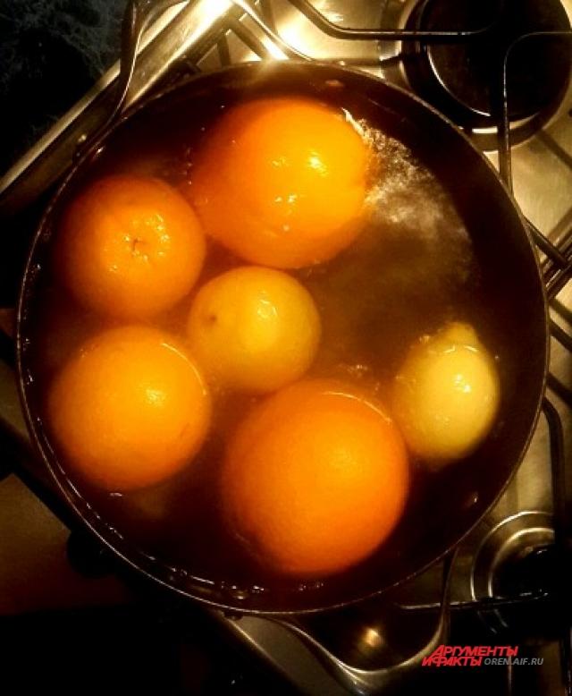 Оставьте варить фрукты на 2,5 - 3 часа.