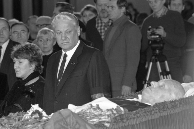 На похоронах академика Сахарова
