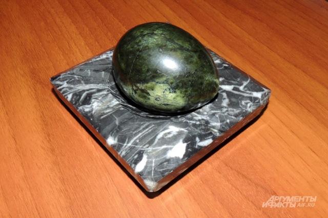 Этот камень передаётся из рук в руки, говорить можно, когда держишь его, после отдаёшь соседу