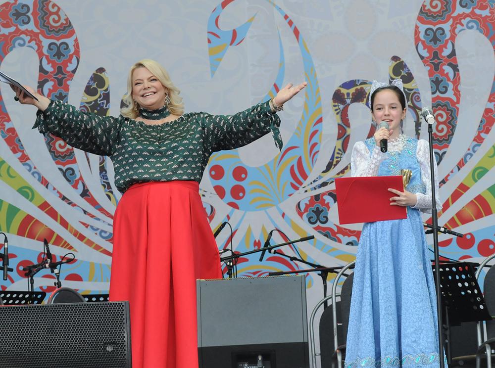 Ведущая торжественной церемонии Яна Поплавская и участница проекта
