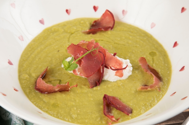 Холодный суп из зеленого горошка с бастурмой