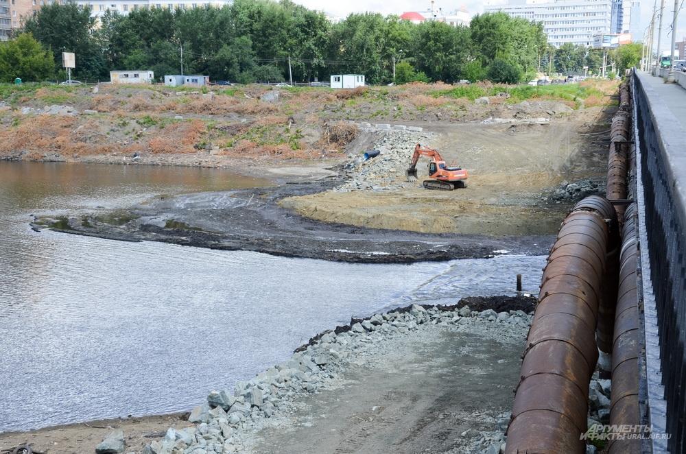 Маслянистое пятно на городскому пруду у Макаровского моста.