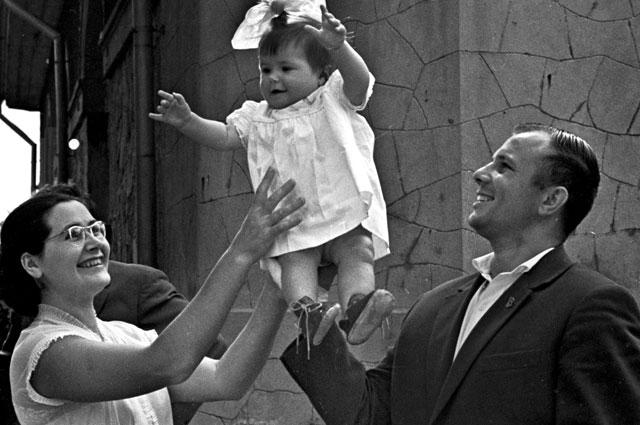 Юрий Гагарин с женой Валентиной и дочерью Галочкой на отдыхе в Крыму.