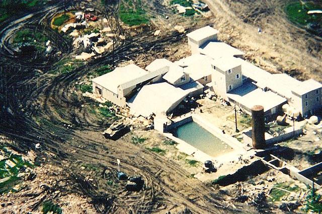 Инженерные войска рушат стены ранчо «Маунт Кармел».