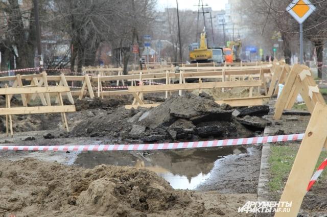 Водоканал жалуется, что горожане разворовывают деревянные ограждения на месте провалов.