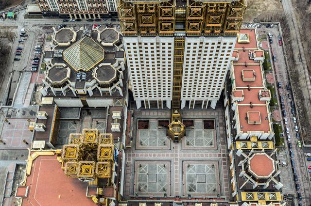 Здание Президиума РАН (Ленинский просп., 32А) строилось больше 20 лет. Здесь есть и концертный зал на 1,5 тыс. человек, и зимний сад, и ресторан со смотровой площадкой на 22-м этаже.