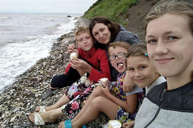 Счастливая семья на отдыхе.