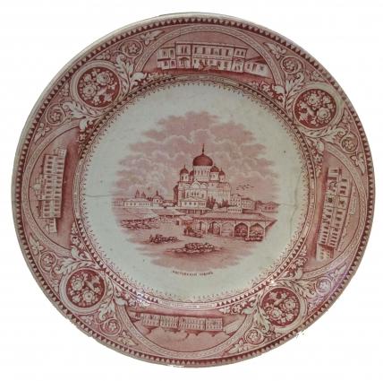 Пара таких тарелок с ростовскими видами, в т.ч. и видом конторы Госбанка сегодня находится в музеях Ростова и Аксайской «Почтовой станции».