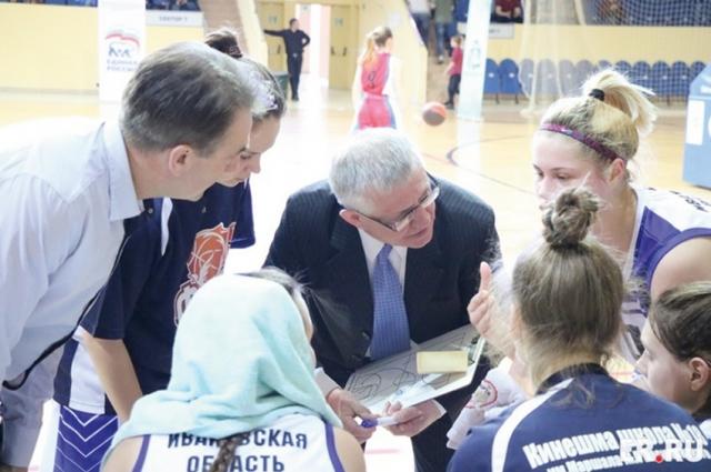В перерывах между периодами спортсмены обсуждают тактику игры.