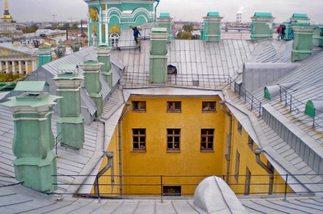 На крыше Зимнего любили бывать российские императоры. Екатерина Великая устроила там обсерваторию, а Николай II обожал прогуливаться здесь, нередко и с августейшей супругой.