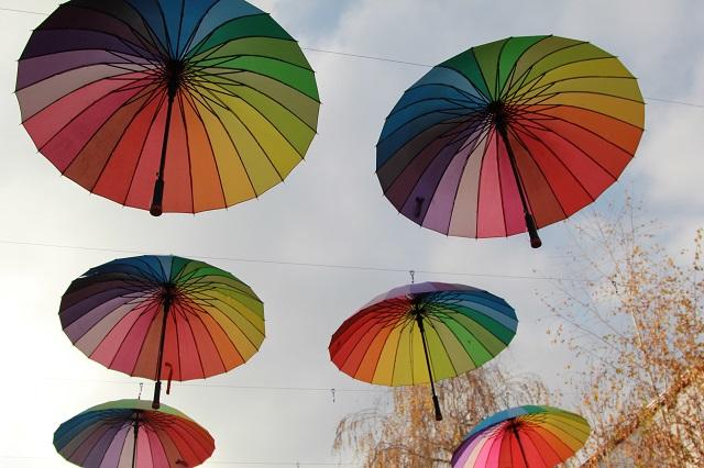 Некоторые жители увидели в радужной расцветке пропаганду однополой любви.