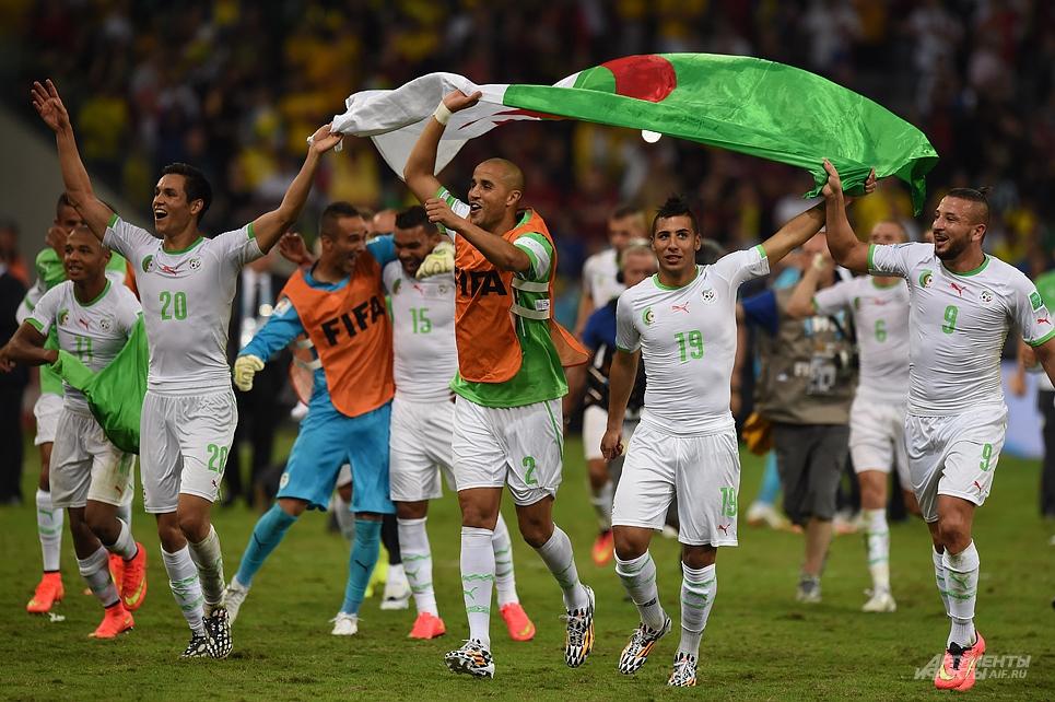 Игроки сборной Алжира после победы над командой Фабио Капелло