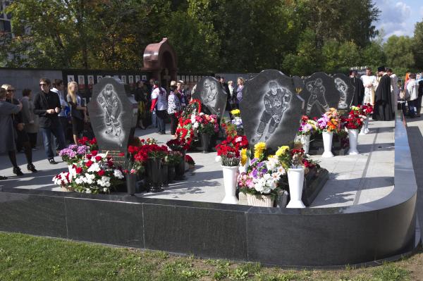 Траурные мероприятия наместе захоронения игроков итренеров хоккейной команды «Локомотив» (Ярославль), трагически погибших вавиакатастрофе 7сентября 2011года.