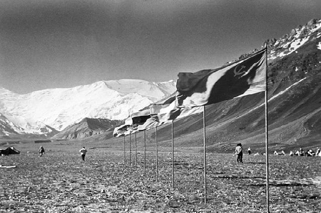 Базовый лагерь альпинистов у подножия пика Ленина. Памир.