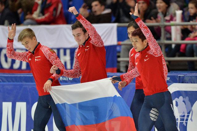 Россияне Семён Елистратов, Дмитрий Мигунов, Владимир Григорьев и Виктор Ан, выигравшие серебряные медали в эстафете 5000 м среди мужчин на IV этапе Кубка мира по шорт-треку