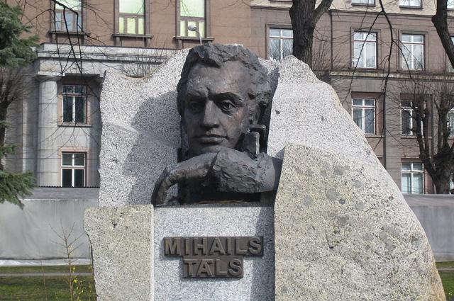 Памятник Михаилу Талю в Риге.