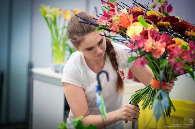Кировские флористы помогут подобрать готовые букеты или сформировать новую композицию из ваших цветов.