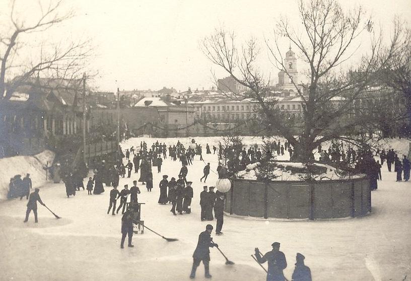 Каток на Петровке пользовался большой популярностью.