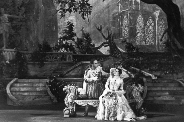 Артисты Государственного академического Большого театра СССР Мария Максакова (Марина Мнишек) и Георгий Нелепп (Дмитрий) в сцене из оперы М.Мусоргского «Борис Годунов». 1948 год.