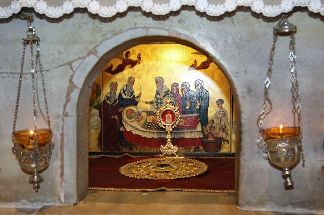 Мраморный престол над мощами Святителя Николая Чудотворца в крипте базилики Святого Николы в итальянском городе Бари.