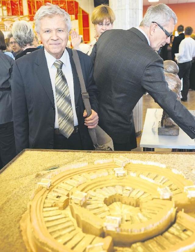 Геннадий Зданович на юбилейной конференции «Аркаим: 30 лет спустя» рядом с макетом древнего поселения.