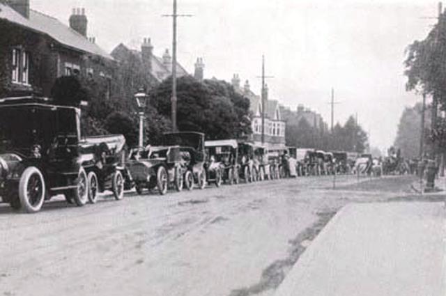 Автомобили, припаркованные рядом с территорией Всеанглийского клуба во время чемпионата 1906 года.