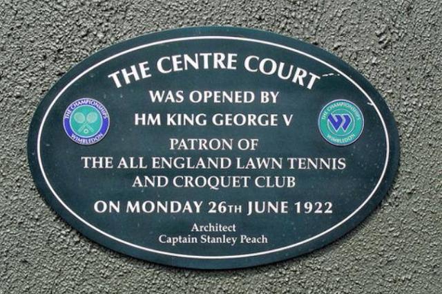 УимблдонПамятная табличка на Центральном корте сообщает о том, что он был открыт 26 июня 1922 года королём Георгом V