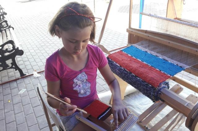 Девочки с удовольствием присматриваются к традиционным русским рукоделиям.