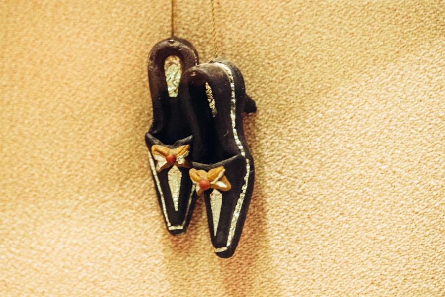 Вот такие женские туфельки из хлебного мякиша, сделанные собственноручно, Суклетин подарил Фариту Загидуллину. Сейчас они хранятся в музее прокуратуры.