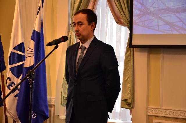 и. о. директора филиала «МРСК Сибири» – «Омскэнерго» Андрей Гаврилов поздравляет энергетиков.