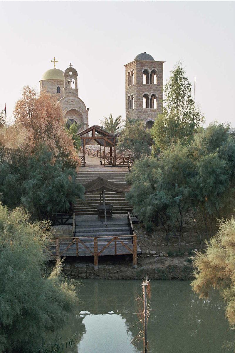 Вид на Аль-Махтас (Вади аль-Харар) из Каср аль-Яхуда, предполагаемое место Крещения Иисуса Христа. Современный православный храм Иоанна Предтечи.