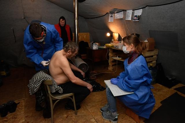 Без медицинской помощи людям не выжить на улице.