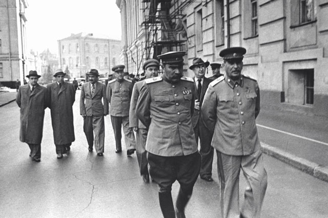 Семен Буденный, Иосиф Сталин (на переднем плане), Лаврентий Берия, Николай Булганин (на заднем плане), Анастас Микоян (третий слева в последнем ряду). 1946 г.