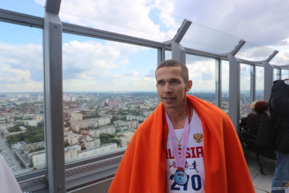 Иван Кузнецов в третий раз побеждает в забеге на небоскреб «Высоцкий».