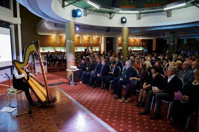 Музыкальный вечер «Теория струн» состоялся в отеле «Амбассадор» в Северной столице.