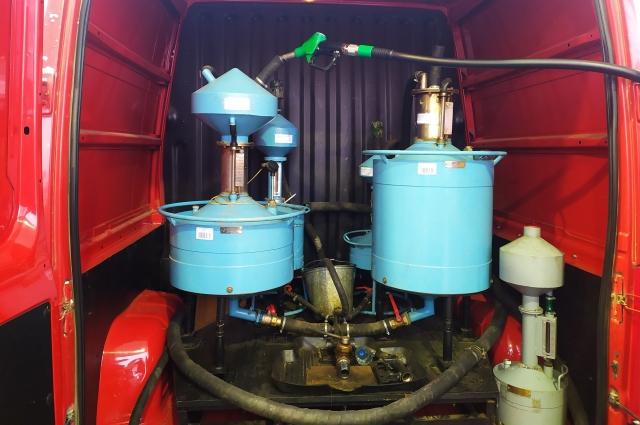 50-литровые мерники, с помощью которых также проводят контрольные замеры точности налива топлива.