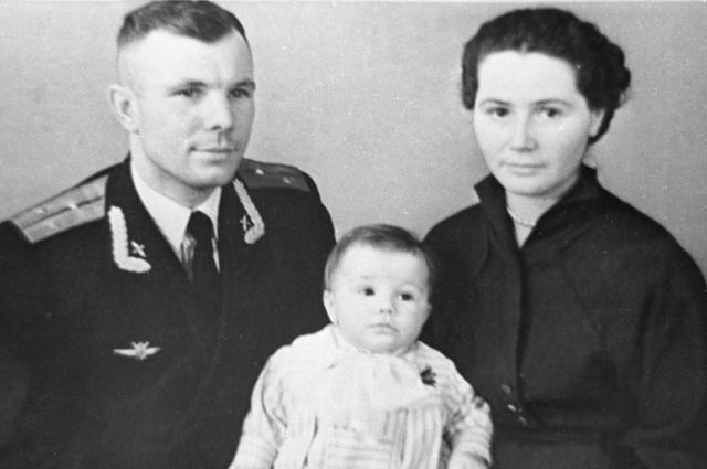 Летчик-космонавт Юрий Гагарин, жена Юрия Валентина и их дочь Елена. 1961 год.