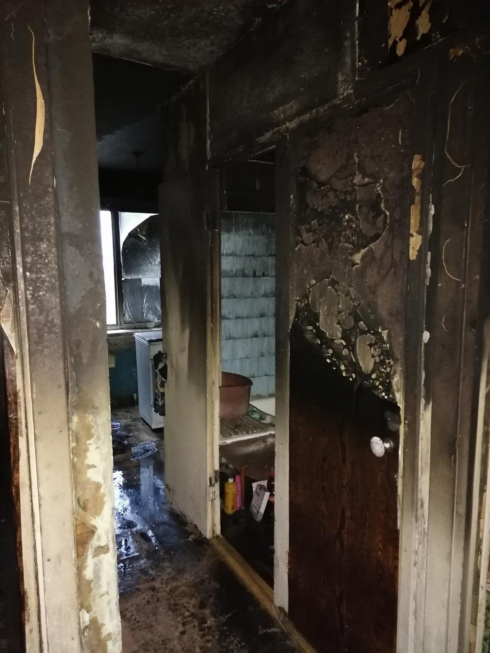 Внутренняя отделка, мебель и бытовая техника серьезно пострадала в очаге возгорания.