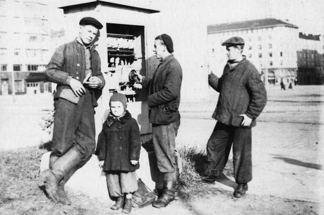 Булычев (второй справа) в 1951 году у трансформаторной будки.