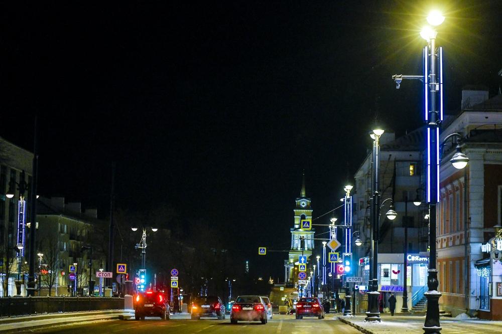 Праздничными огнями украсили центральные улицы.