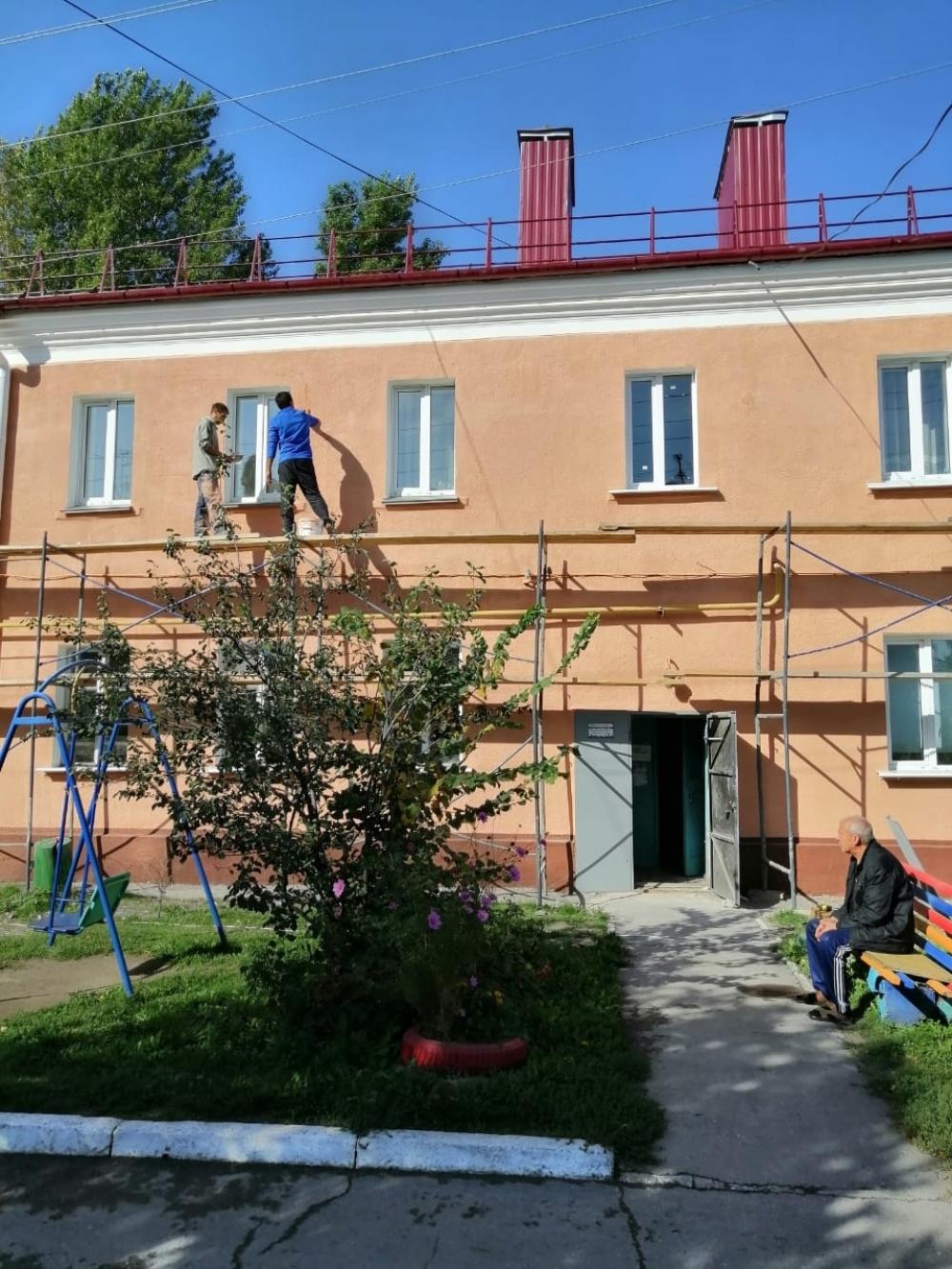 После покраски стены домов как новенькие.