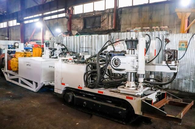 На шахтах вводят в эксплуатацию самоходные станки для бурения.