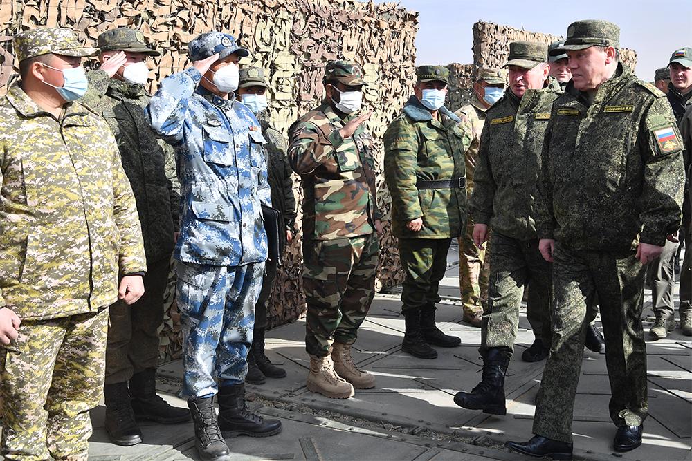 Начальник Генерального штаба Вооруженных сил РФ – первый заместитель министра обороны РФ Валерий Герасимов (справа) на выставке вооружений в рамках антитеррористических учений.